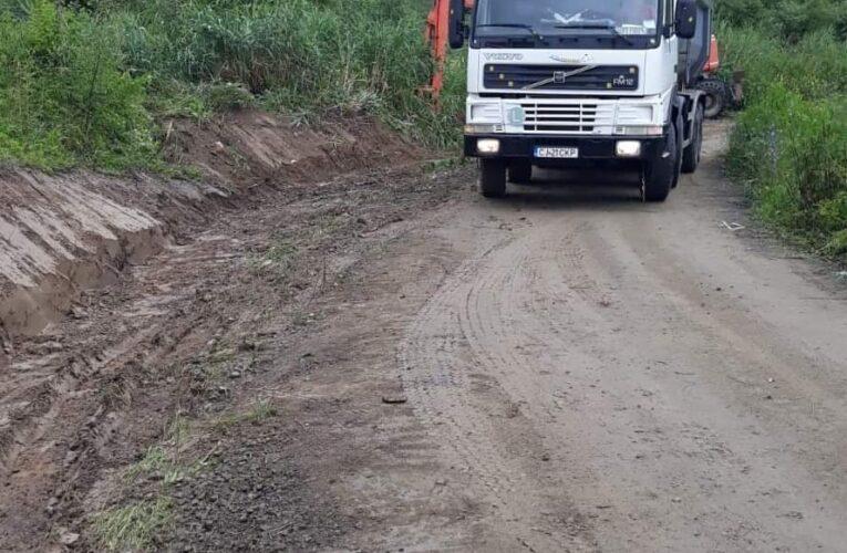 Au început lucrări de întreținere pe drumul județean 182F Cuzdrioara – Valea Gârboului – Rugășești