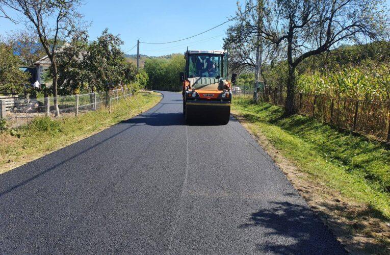 Lucrările de asfaltare pe drumul judeţean 182F Cuzdrioara – Valea Gârboului – Rugășești au fost finalizate