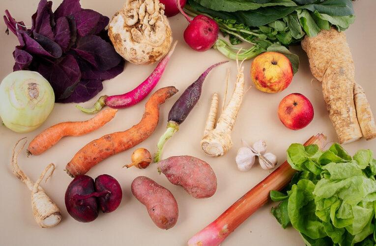 83% dintre românii participanți la un studiu despre risipă alimentară au recunoscut că aruncă mâncarea