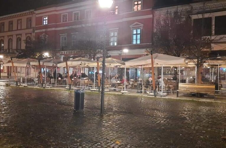 Nici amenzile nu-i sperie. Închise de poliție duminică seara, două localuri din centrul Clujului au continuat să funcționeze și luni seara