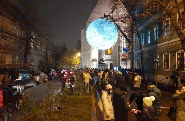 """Aglomerație pe Kogălniceanu la """"Super-Luna"""", în plină pandemie de COVID-19"""