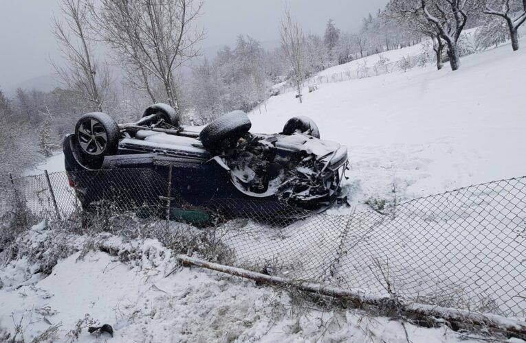 Prima ninsoare, primul accident pe E60. Autoturism răsturnat  în Feleacu și 3 persoane transportate la spital