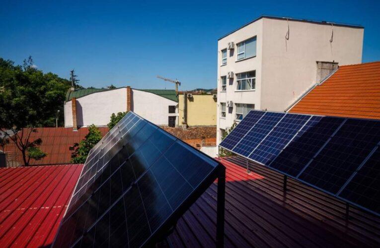 640 de panouri fotovoltaice vor fi instalate pe 7 clădiri publice
