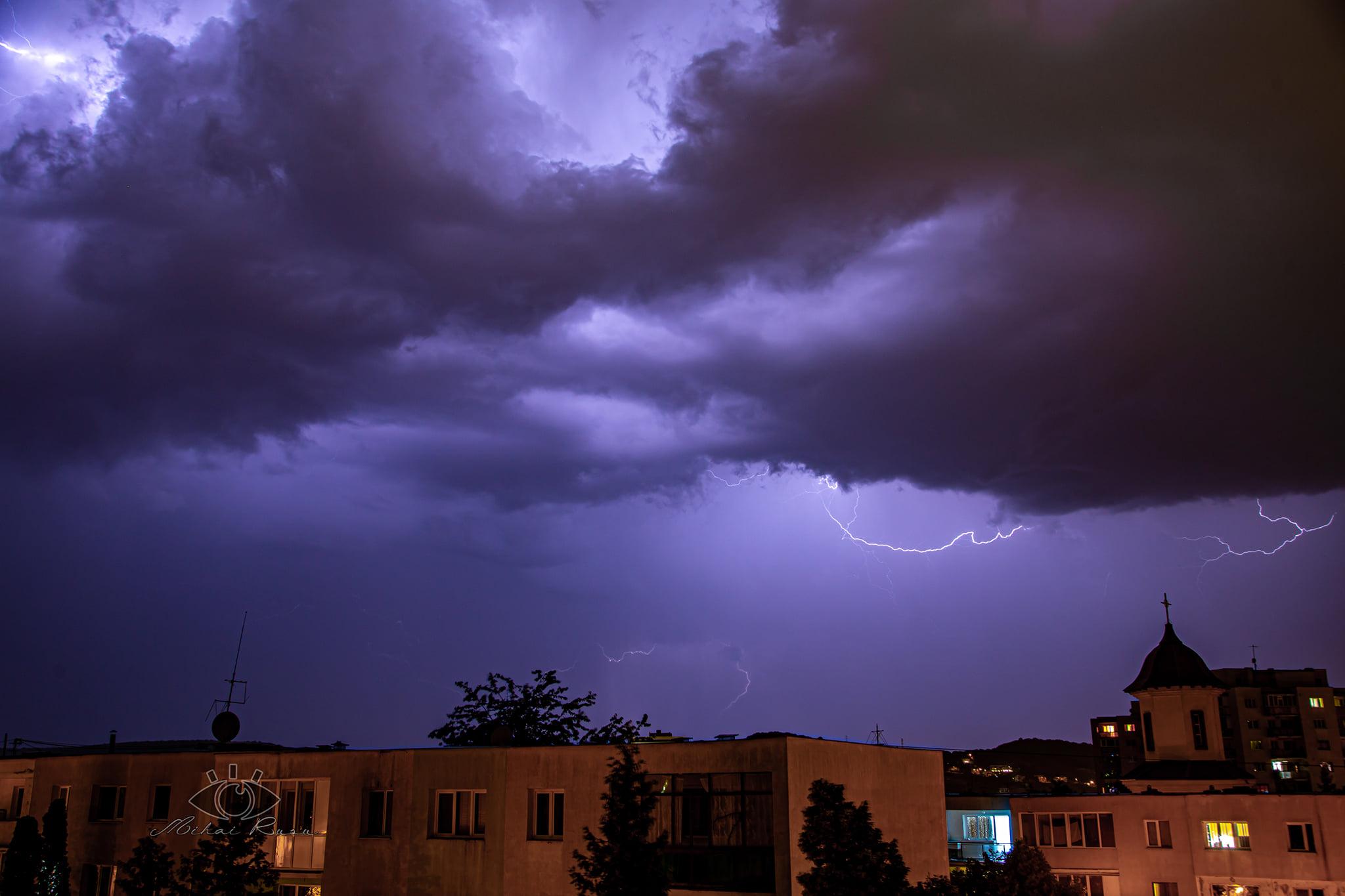 Fulgere impresionate, surprinse vineri seara de un fotograf pe cerul  Clujului – FOTO | eClujeanul - Te informează non-stop!